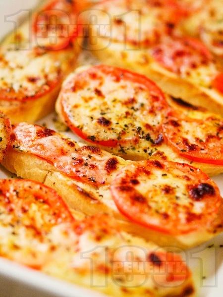 Лесни печени италиански сандвичи с чабата, домати и сирене моцарела - снимка на рецептата
